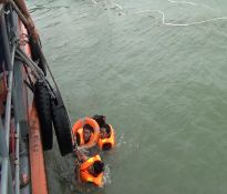 Cứu hộ 10 thuyền viên trên tàu vận tải gặp nạn trên biển