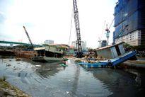 Chìm sà lan dưới chân cầu Mống