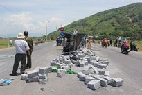 Tai nạn liên hoàn, xe khách lao xuống ruộng, xe tải chở đá lật nhào