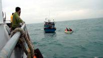 Cứu an toàn 10 thuyền viên gặp nạn trên vùng biển Quảng Trị