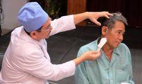 Mổ lấy tăm nằm trong tai bệnh nhân hơn một năm