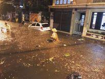 Hà Nội mưa tới 118,5mm, có điểm ngập ngang người, xe máy ngâm trong dòng nước