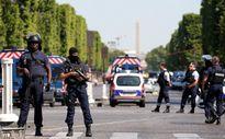 Pháp: Xe chở đầy vũ khi đâm vào cảnh sát ở đại lộ Champs Elysees