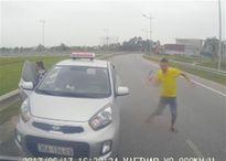 Tài xế taxi chạy ngược chiều và 'múa' gậy khai chở người đi cấp cứu
