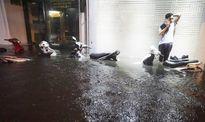 Phố cổ Hà Nội úng ngập sau mưa