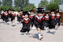 Trẻ mẫu giáo cười tít mắt trong lễ tốt nghiệp vào top ảnh tuần
