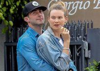 Adam Levine ôm siết vợ trên vỉa hè trong lúc chờ xe