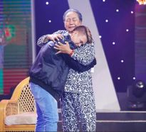 Nghệ sĩ Nguyễn Sanh rớt nước mắt khi ôm con trai 'hư hỏng một thời' Trịnh Tuấn Vỹ
