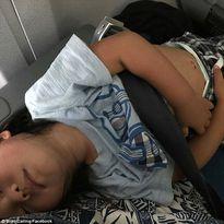 Sợ bị như David Dao, hành khách United Airlines ôm con 3 giờ