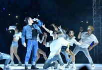 Sơn Tùng hát 'Lạc trôi' mở màn sự kiện mừng sinh nhật