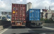 Truy tìm 2 xe container dàn hàng ngang chạy 'rùa bỏ' trên đường vành đai 3