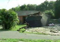 Hố tử thần nuốt 2 căn nhà, 1 chiếc thuyền tại Mỹ