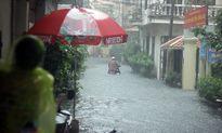 Đường phố Hà Nội biến thành sông do ảnh hưởng bão số 2