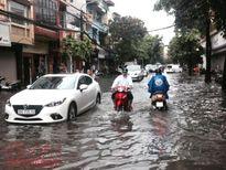 Hà Nội liên tục mưa lớn, nhiều tuyến phố chìm trong biển nước
