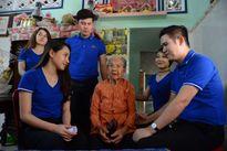 Quán quân Gương mặt truyền hình 2017 thăm các Mẹ Việt Nam anh hùng