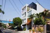 Căn nhà phố Sài Gòn với cửa chính có nhiều cách mở