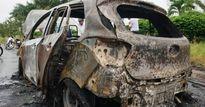 Cà Mau: Xe ô tô cháy trơ khung khi đang lưu thông