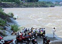 Người dân bất chấp nguy hiểm xem thủy điện Hòa Bình xả lũ