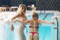 Trào lưu tựa vào thành bể bơi chụp ảnh khoe vòng ba