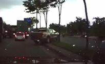 Xe bán tải leo dải phân cách để tránh kẹt xe