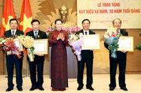 Trao Huy hiệu Đảng tặng các đảng viên Đảng bộ Cơ quan Văn phòng Quốc hội