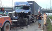 Xe đầu kéo toác đầu sau cú tông xe tải, quốc lộ 1 kẹt cứng