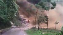 Lũ ống cuồn cuộn như thác đổ tràn xuống đường