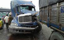 TP.HCM: Xe container biến dạng sau khi húc đuôi xe tải hạng nặng
