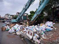 'Khủng hoảng' rác thải, phố Thủ đô ngập chìm trong… rác