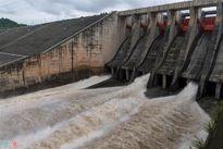 Thủy điện Hòa Bình mở thêm cửa xả lũ