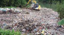 Hà Giang: Hàng chục tấn rác được cào xuống sông