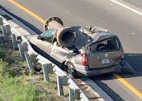 Sóng sót kỳ diệu khi một ống sắt 3,1 tấn rơi xuống nghiền nát ô tô