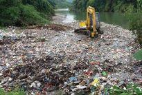 Bãi rác khổng lồ đổ xuống suối, chủ tịch xã 'đổ lỗi' do trời mưa