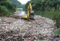 Kinh hãi bãi rác 'khủng' lềnh bềnh trên suối