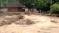 Mưa lớn kéo theo lũ quét cuốn trôi 11 ngôi nhà ở Nghệ An