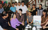Chủ tịch Quốc hội Nguyễn Thị Kim Ngân thăm, tặng quà gia đình chính sách