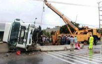 Quảng Bình: Xe tải lật chắn ngang đường, tắc quốc lộ 1A