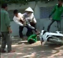 Hà Nội: Tranh giành khách ở bến xe, tài xế Grab Bike ẩu đả xe ôm