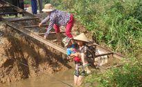Thanh Hóa: Dân liều mình qua kênh bằng thang sắt tự chế