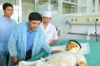 Chủ tịch Tổng LĐLĐVN Bùi Văn Cường chia sẻ khó khăn với các gia đình công nhân bị tai nạn