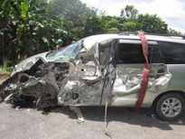 Tai nạn liên hoàn, ôtô 7 chỗ bị xe tải tông bẹp dúm