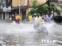 Nhiều tuyến phố tại Hà Nội ngập sâu sau cơn mưa lớn kéo dài