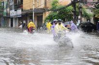 Ngập úng nhiều tuyến phố ở Hà Nội do mưa to buổi chiều