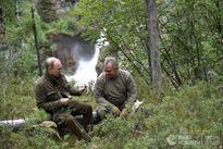 Tổng thống Putin lại cởi trần câu cá, bơi trên sông lạnh
