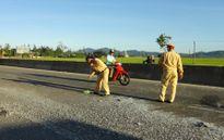 CSGT dọn đá vương vãi trên đường giữa nắng nóng