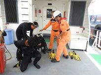 Bắt đầu trục vớt tàu chìm ở Nghệ An để tìm kiếm hai thuyền viên mất tích