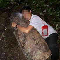 Phát hiện bom 'khủng' người đàn ông lao vào ôm để chụp ảnh 'tự sướng'