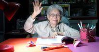 Cụ bà người Thái 91 tuổi tốt nghiệp ĐH, nhận bằng từ chính tay Quốc vương