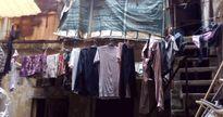 Hà Nội: 2 thế hệ cùng sinh sống trên nóc nhà vệ sinh công cộng ở phố Hàng Bạc