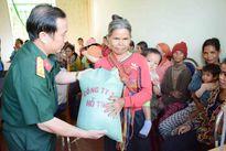 Công ty 74 (Binh đoàn 15) tặng 10 tấn gạo cho bà con vùng biên giới